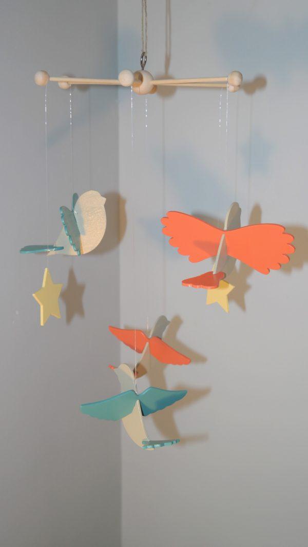 mobile oiseaux en bois, corps en beige Savane, ailes alternées orange Cornaline et vert Martin pêcheur