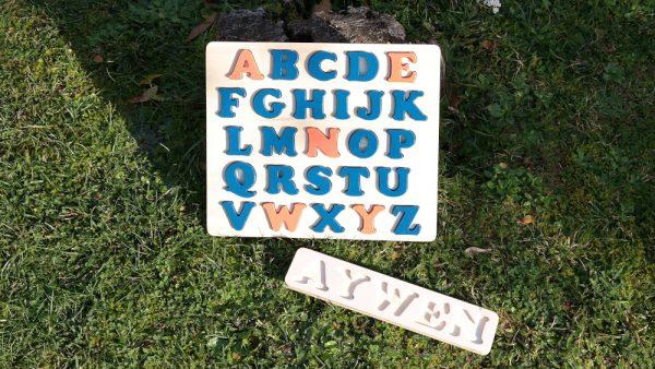 Plateau prénom Aywen et alphabet prénom bleu Agrion et orange Cornaline