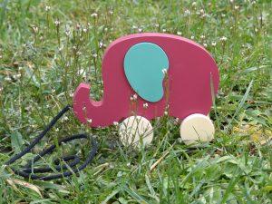 Éléphant en bois à tirer, rose Baroque et vert Martin Pêcheur